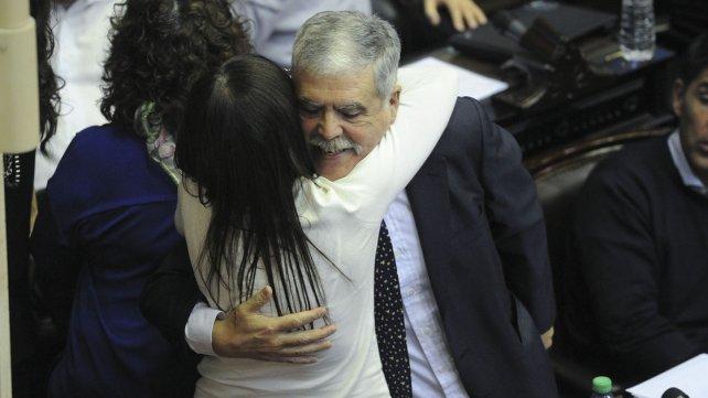 El diputado De Vido abraza a su par Diana Conti.