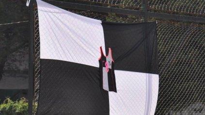 <p>Bandera albinegra con la remera de Marisa detrás del arco. </p><p></p>