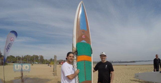 Pancho Giusti, la tabla y el Mono Mosquera uno de los mejores fabricantes argentinos y surfista de alma. Foto <b>UNO</b> Juan Manuel Kunzi.