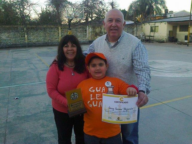 Alejandro con sus padres que lo acompañan en los todos los torneos que participa.