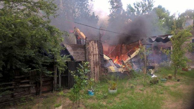 El fuego consumió el techo de chapa. Foto PER.