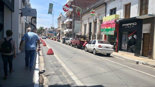 Hoy a la mañana calle Cervantes con los conos a la izquierda y los autos estacionados a la derecha.