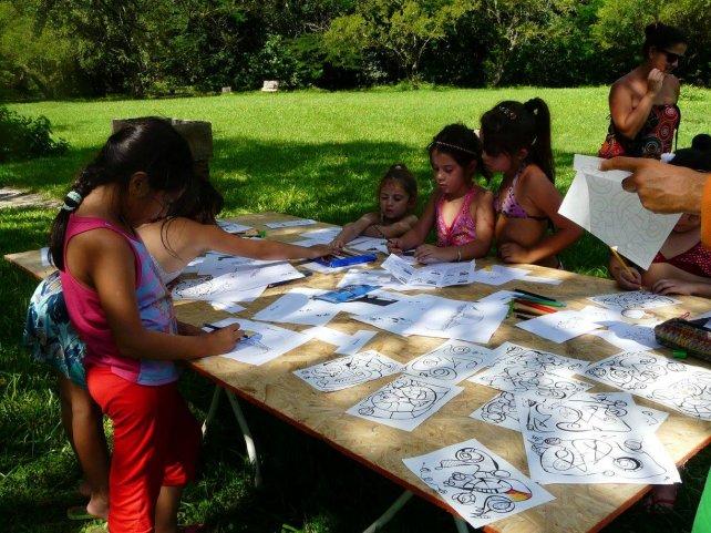 Las niñas pintan los animales que se encuentran en el parque.