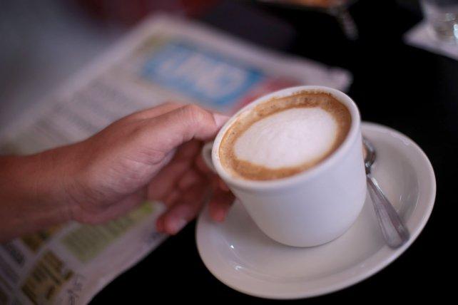 Leer el diario y tomar un cortado. Foto <b>UNO</b> Juan Ignacio Pereira.