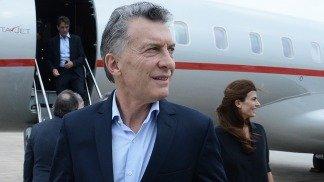 El presidente bajó del avión junto con la Primera Dama, Juliana Awada.