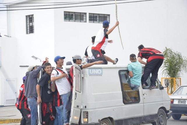 En el clásico que se jugó en la cancha de Paraná los hinchas de Patronato llegaron hasta la esquina del club. Foto <b>UNO</b> Mateo Oviedo.&amp;nbsp;