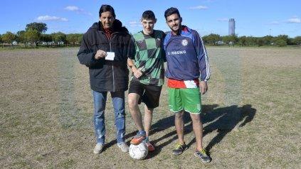 Pipo junto a Carlos Pelusa Quinteros, presidente de la institución y Jonatan Rodas, referente del plantel.