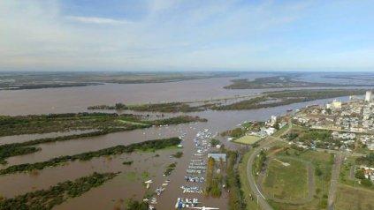 Las costas de Concepción del Uruguay rodeadas de agua (Fotos gentileza Zumdrone).