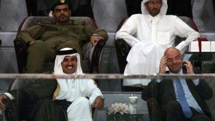 Unos supuestos comentarios del emir de Qatar, Sheikh Tamim bin Hamad al-Thani (en la foto junto al presidente de la FIFA, Gianni Infantino), tensionaron todavía más las relaciones con sus vecinos.<div><br></div>
