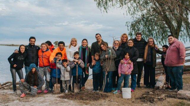 <b>Sus alumnos</b>. Montenegro ayuda a estudiar a 22 personas del pequeño pueblo.