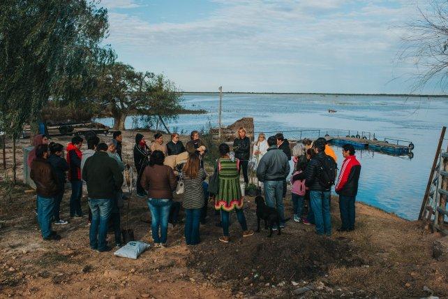 Una posta de Puerto Ruiz y la comunidad educativa de la escuela. Foto Gentileza Luis Giménez Beresiartú.
