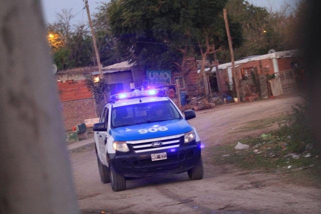 La policía entra y sale de la villa. Foto <b>UNO </b>Juan Ignacio Pereira.