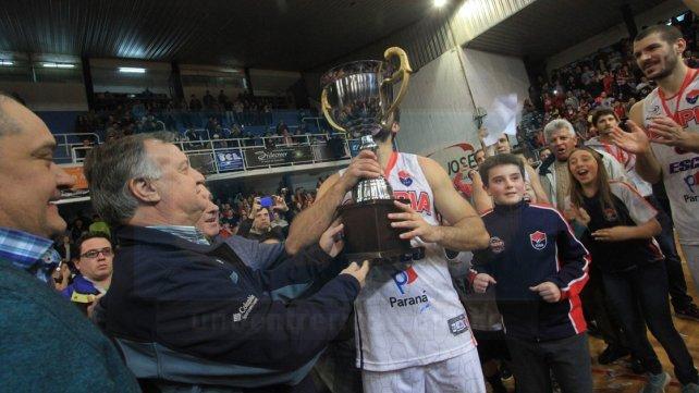 El secretario de deportes de la provincia haciendo entrega de la copa. Foto <b>UNO</b> Juan Ignacio Pereira