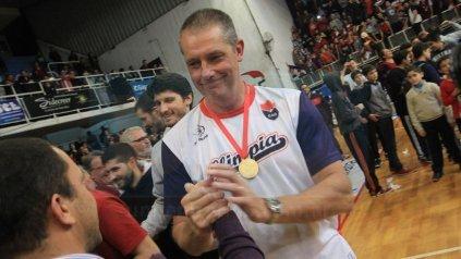 Con la medalla. Gustavo Agasse es saludado por la gente luego de la premiación vivida con gran emoción.