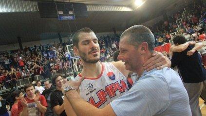 Emoción y desahogo. Fue un momento único lo vivido el sábado por la noche. Agasse saludó y abrazó a cada jugador.