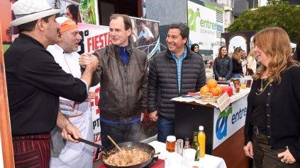 """Bordet. """"Le presento a Zavallo"""", parece decirle al cocinero. El aludido sonríe. Claudia Gieco, de perfil."""