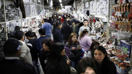 Dinámica. Miles de personas de todo el país van a diario en busca de precios convenientes.