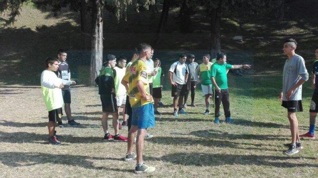 José Gómez, de verde, planificando la primera jornada de entrenamiento en la zona del Parque Urquiza. Foto <b>UNO</b>