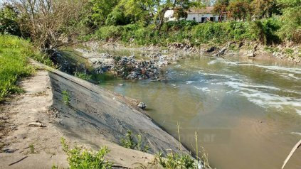 Cauce. Por la contaminación del arroyo, en el verano no se habilitó la playa del Thompson.