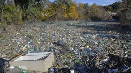 Sucios. La última creciente acumuló toneladas de basura.