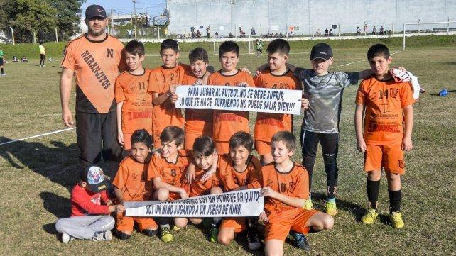 Los chicos de la categoría 2007 de Naranjitos posaron para la foto con los carteles de concientización para los padres. Foto <b>UNO </b>Mateo Oviedo