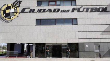 <div>Agentes de la Guardia Civil custodian el acceso principal de la sede de la Federación Española de Fútbol </div><div><div></div></div>
