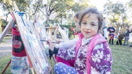 Pintora. Como otras, la niña se sentó en su banco y ante tanto verde se dejó llevar por su imaginación.