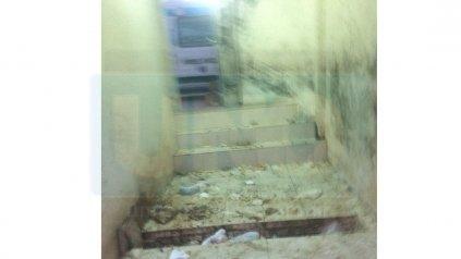 <b>El depósito.</b> Los residuos patológicos también caen a la vereda.
