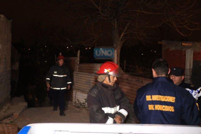 Policías y Bomberos trabajan en el barrio Libertad de Paraná. Foto <b>UNO</b> Diego Arias.