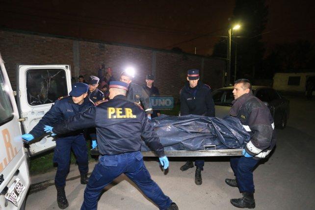 Así se llevaban el cuerpo que encontraron a la vera del Antoñico. Foto <b>UNO </b>Diego Arias.