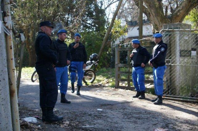 Policías en la puerta de la reserva de Santa Catalina, donde hallaron el cuerpo. Foto Mario Sayes.