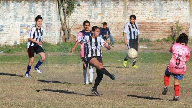 <b>Una topadora. </b>Las Pumas vencieron por 7 a 0 a Las Seguidoras y sueñan con el campeonato. Foto <b>UNO</b> Juan Ignacio Pereira