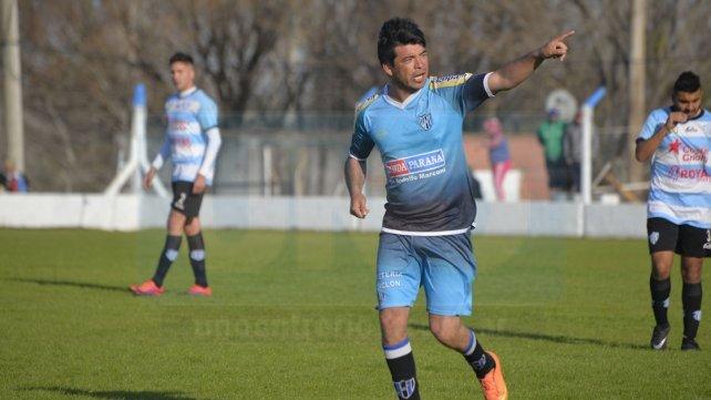 Carlos Chino Molina convirtió los dos goles de Peñarol en el Nuevo Estadio Mondonguero. Foto <b>UNO </b>Mateo Oviedo