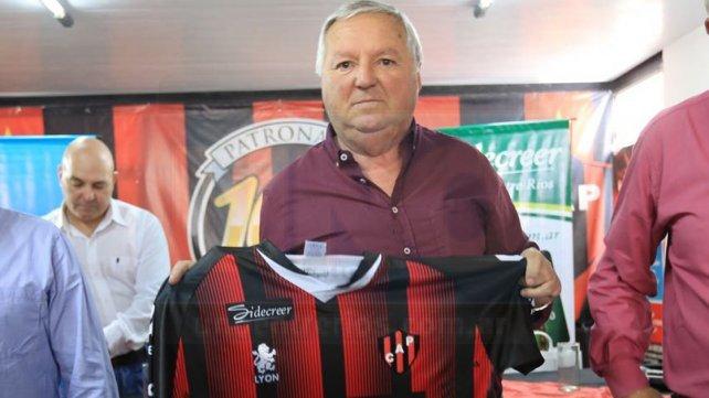 Miguel Hollman, presidente del club, posando con la camiseta tiutlar. Foto <b>UNO </b>Diego Arias