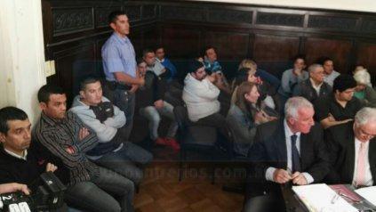 <b>Serios y preocupados</b>. Los acusados al escucharse, atinaron a apretar los puños y cerrar los ojos.