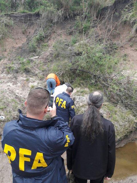 <b>El hallazgo</b>. El caparazón semienterrado fue localizado a la vera de un pequeño arroyito.