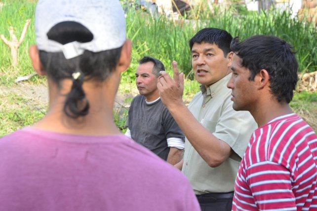 El pastor le habla a los muchachos antes de trabajar en la huerta. Foto <b>UNO</b> Mateo Oviedo.